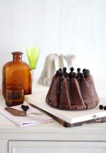 Kugelhopf Bundt Cake de Chocolate, Canela y Moras Silvestres