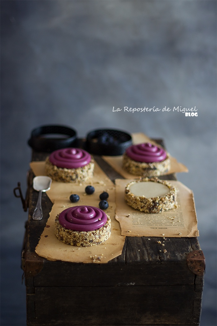 Tartaletas de Muesli con relleno de chocolate blanco y mousse de arándanos