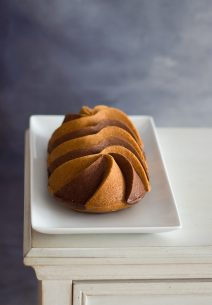 Bundt Cake de Tahini y Chocolate con glaseado de Coco