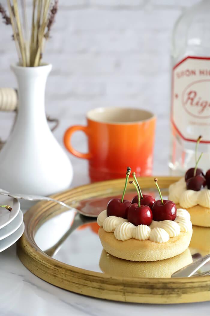 Cake bretón con crema diplomática de vainilla y cerezas